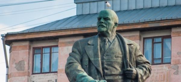 У путинососов началась эпидемия мироточения:  В Выборге замироточил памятник ленину.