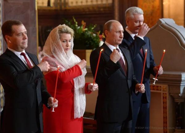 Медведев с женой и Путин с бой-френдом
