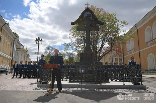 Путин открыл памятник гомосексуалисту