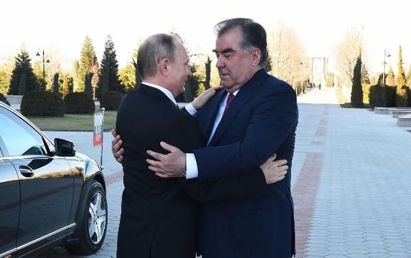 Парадные обнимашки. Раньше в очередь стояли, чтобы Путина обнять...