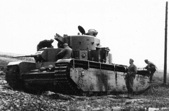 Немцы осматривают, доставшийся им совершенно целый танк