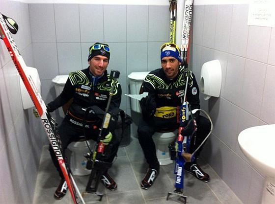 Лыжники в сортире