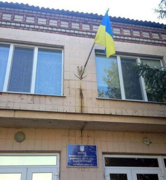 Украинский флаг над Станицей Луганской