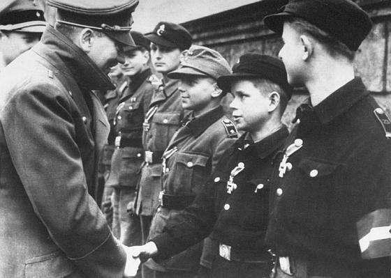 Гитлер тоже любил награждать детей