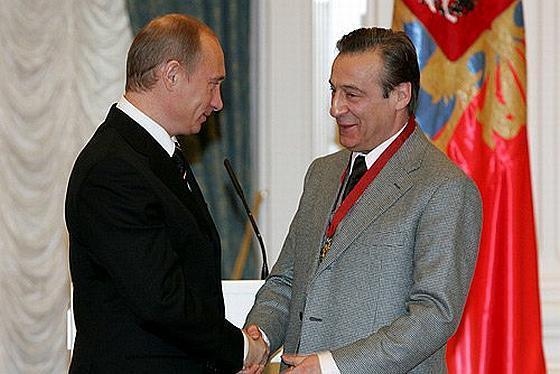 Путин вручает орден Хазанову