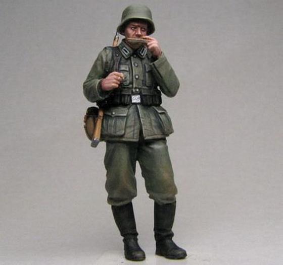 Немецкий солдат с гармошкой