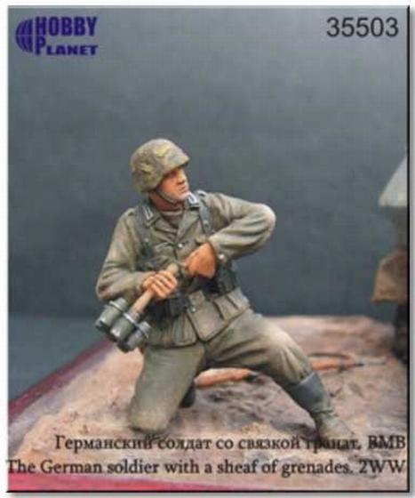 Германский солдат со связкой гранат