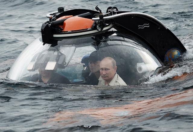 Путин пилотирует батискаф