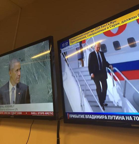 Обама на трибуне, а Путин на трапе.