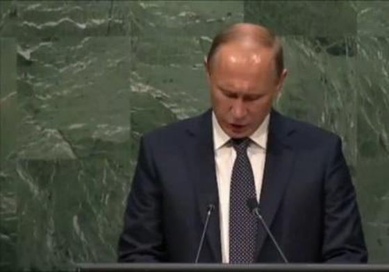 Путин читает по бумажке