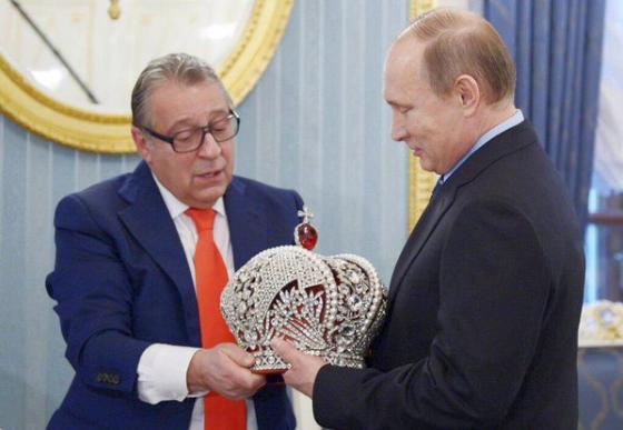 Холуй подарил Путину корону