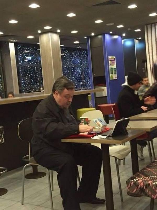 Всеволода Чаплина застукали в Макдональдсе с гамбургером