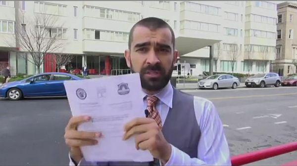 Корреспондент «Голоса Америки» на фоне отеля