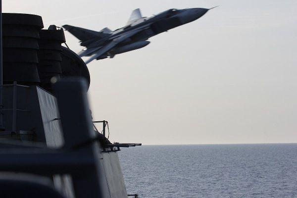 Су-24 над эсминцем США
