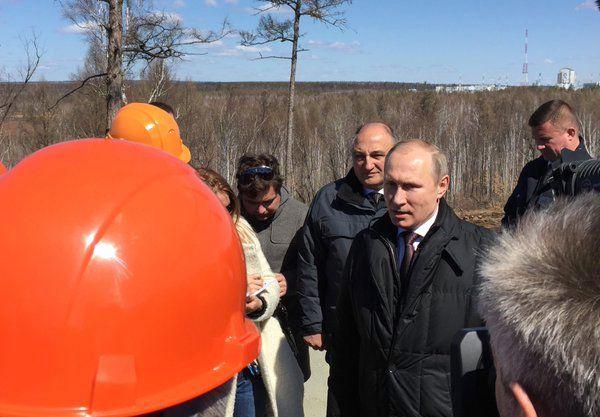 Путин поторговал лицом на фоне специально подобранных рабочих