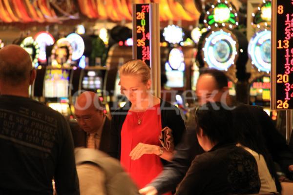 Юлия Навальная в казино с мужчиной
