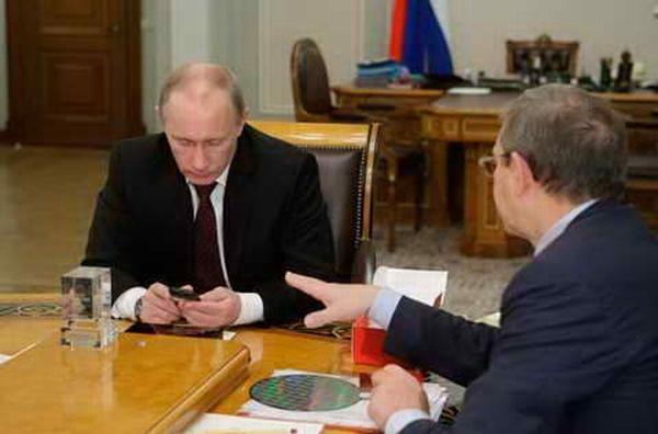 Евтушенков демонстрирует Путину российский айфон