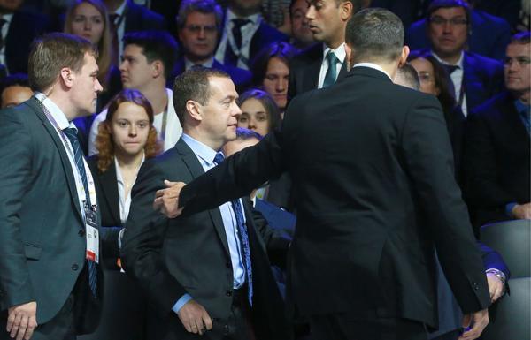 За Медведевым пришли