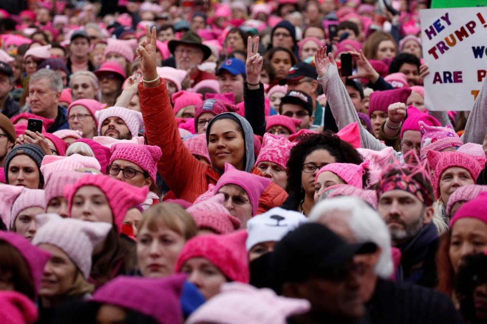 Картинки по запросу Протесты женщин в вагинах против Трампа
