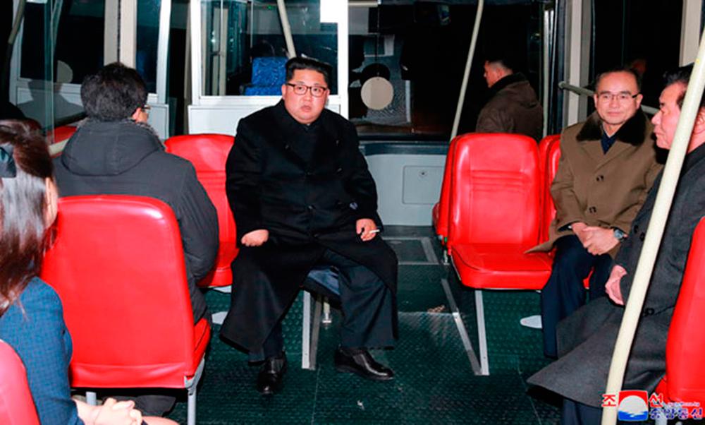 Ким Чен Ын в троллейбусе и с сигаретой