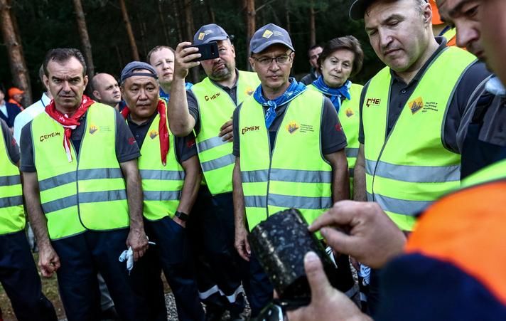 Губернаторы уложили 200 метров асфальта