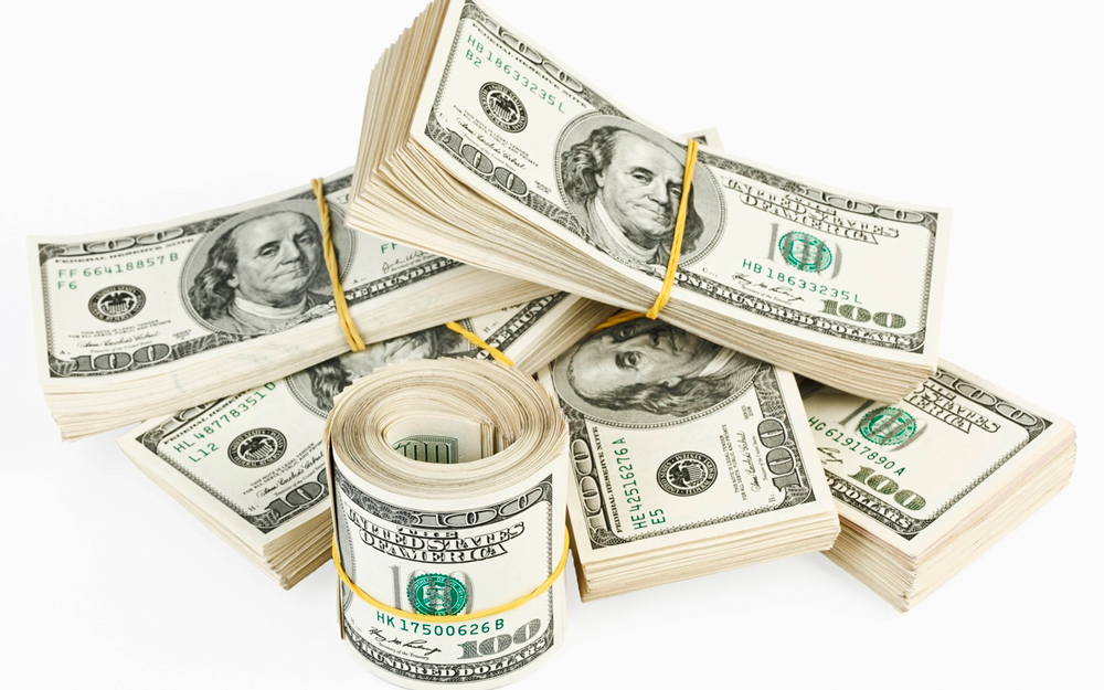 С понедельника доллары купить станет сложней...