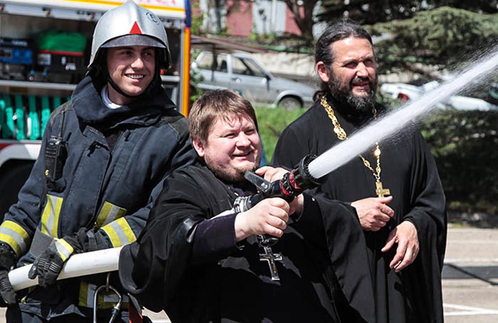 Пожарные священнослужители - фоторепортаж