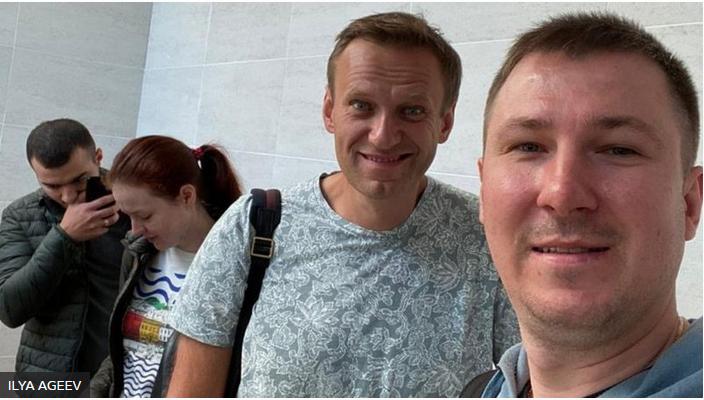 На последних фото Навальный с трудом держит глаза открытыми.