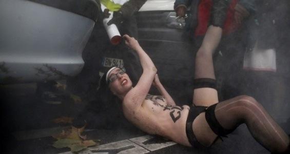 Католики побили FEMEN в Париже femenattackedparisbig