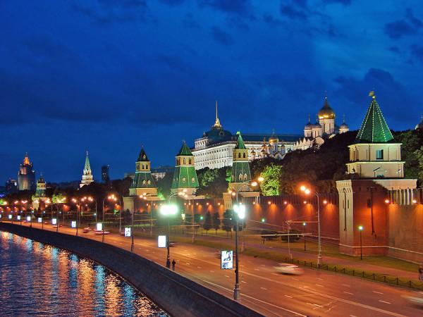 800px-Kreml-Mauer_Moskwa_b