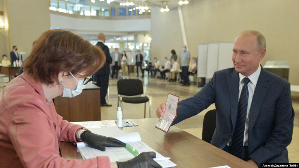 Президент России Владимир Путин на голосовании по поправкам в Конституцию