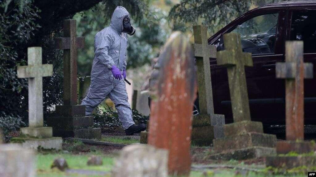 Сотрудник британских спасательных служб на кладбище в Солсбери, которое незадолго до отравления посещали Сергей и Юлия Скрипаль, 10 марта 2020 года