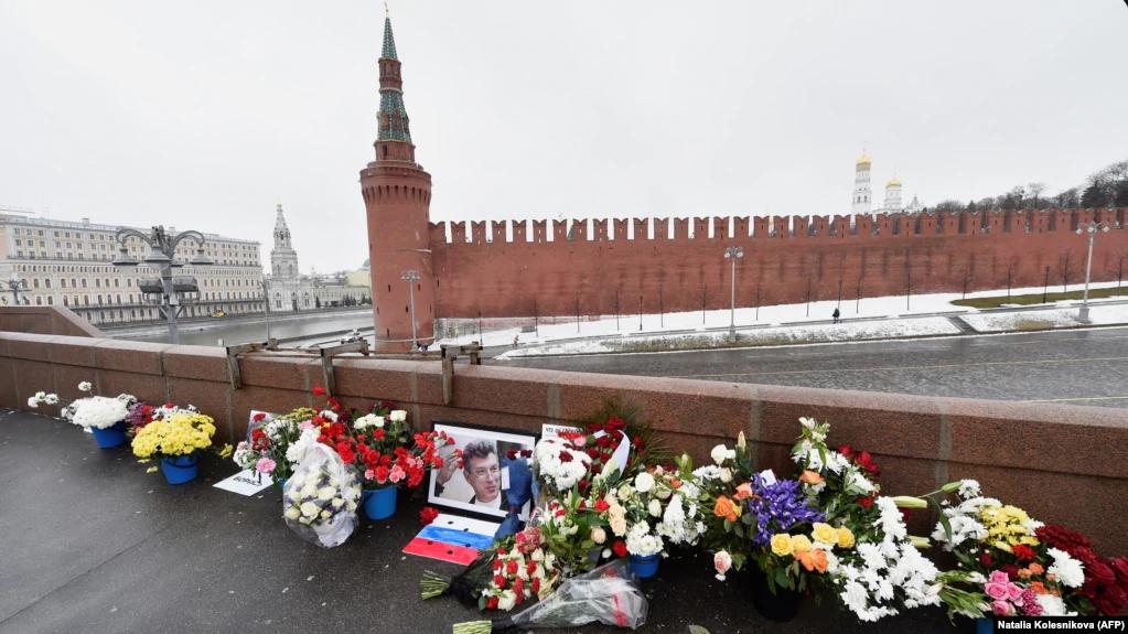 Мемориал на месте убийства политика Бориса Немцова