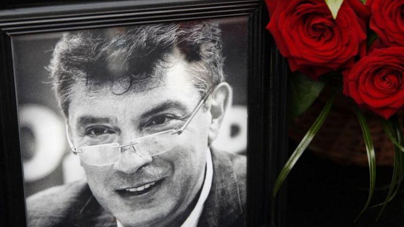 """Стихийный мемориал """"Немцов мост"""" волонтеры восстановили за несколько дней до годовщины убийства политика"""