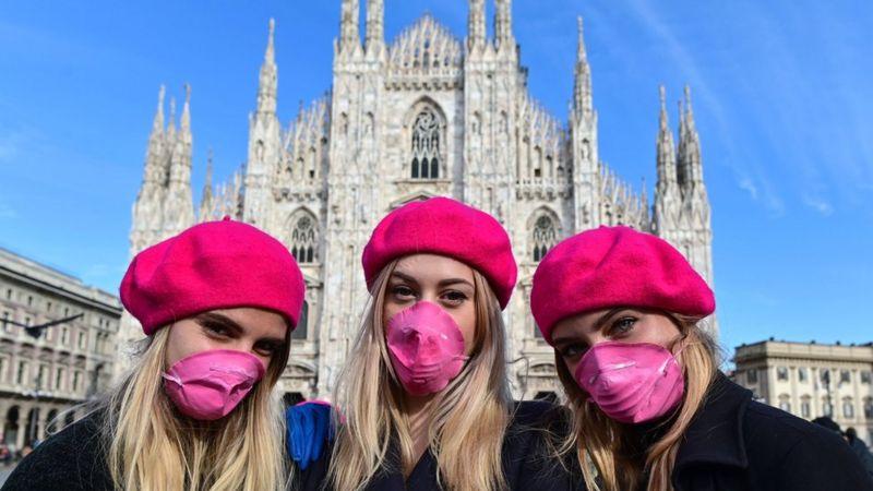 Итальянки отмечают 8 марта в розовых беретах