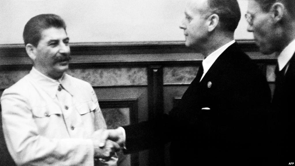 Иосиф Сталин принимает в Кремле министра иностранных дел нацистской Германии Иоахима фон Риббентропа. Москва, 23 августа 1939 года