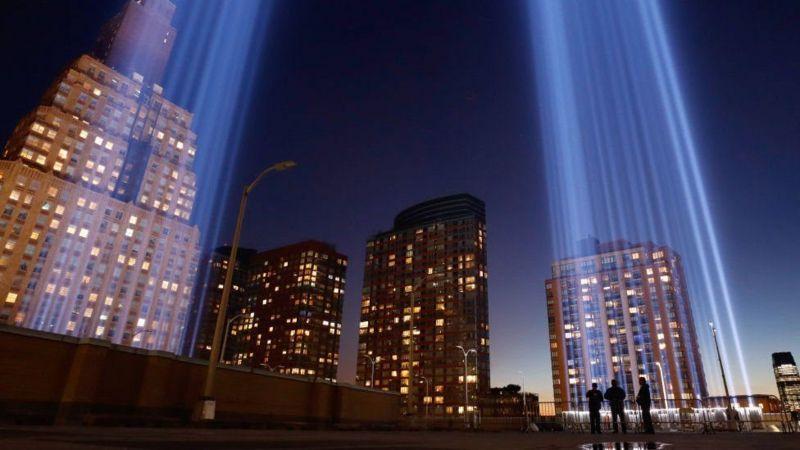 На месте разрушенных башен-близнецов в годовщину трагедии появились столбы света