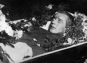 Писатели_Есенин в гробу