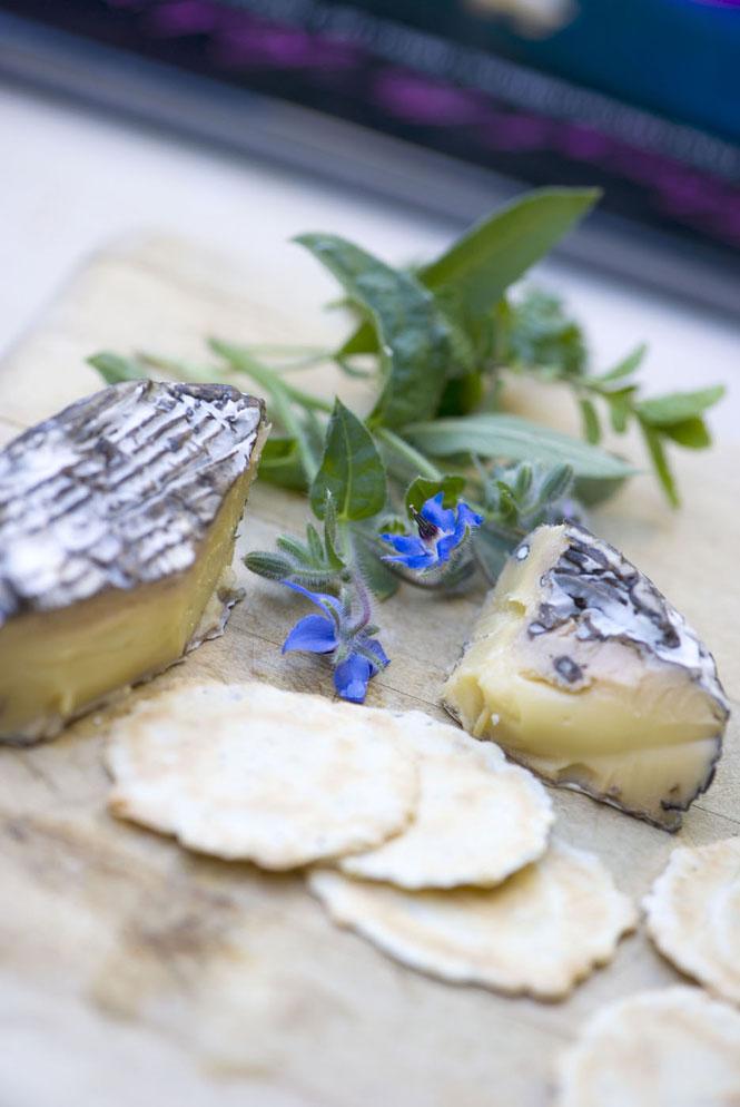 Сыр и крекеры