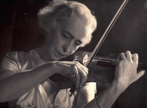 Королева Бельгии Елизавета играет на скрипке