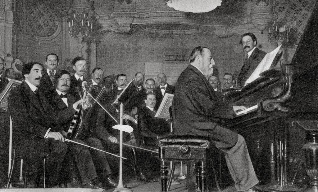 Камил Сен-Санс за роялем и оркестр. Фотография 1910 г.