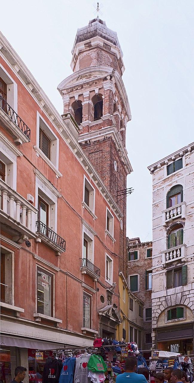Вход и колокольня церкви Сан-Бартоломео в Венеции