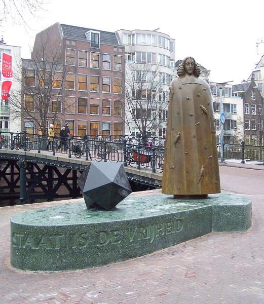 """Николас Дингс. Статуя Бенедикта Спинозы в Амстердаме с надписью """"Цель государства-свобода"""". 2008"""