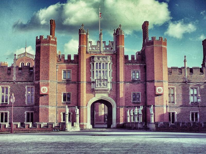 Дворец Хэмптон-Корт в Лондоне. Современный вид