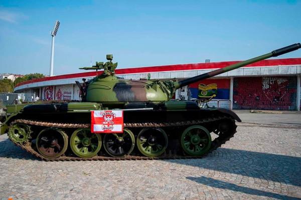 танк   fanaty-crveny-zvezdy-dostavili-sovetskij-tank-k-stadionu-v-belgrade_15669257001176643465