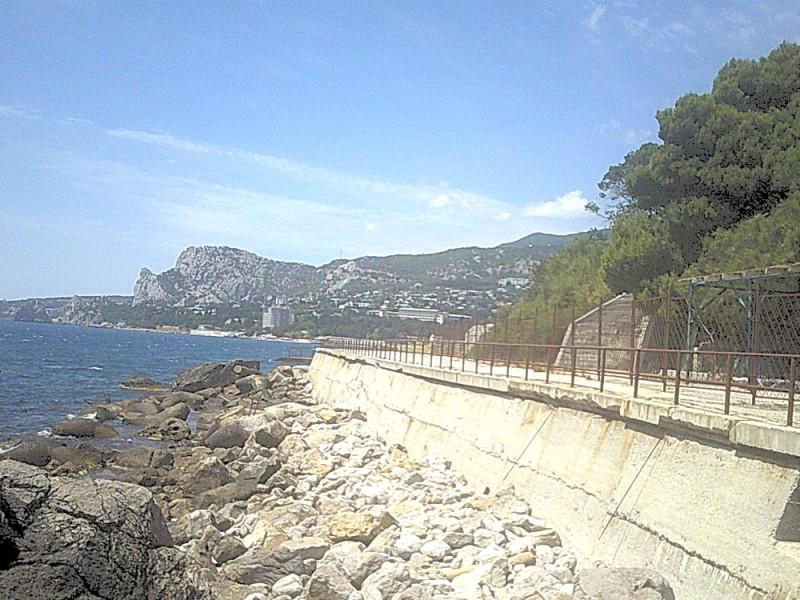 Это не пляж. Но некоторые любят купаться и здесь. Вдали пос. Симеиз и гора Кошка