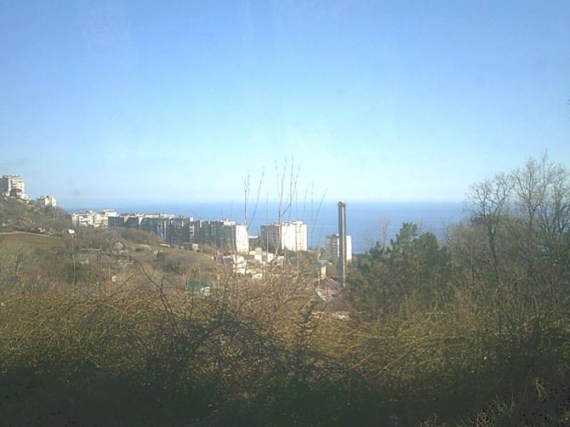 Вид на Гаспру с Юб шоссе у трех тополей. Кореиз расположен правее трубы.