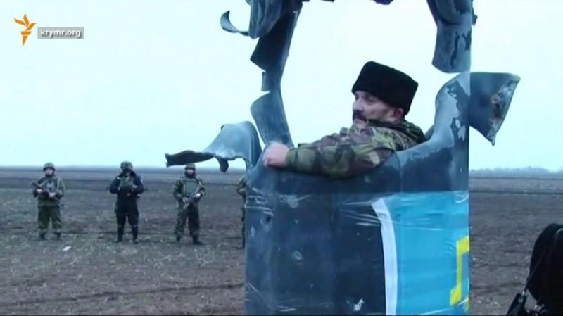 Украинский радикал во взорванной опоре. Ноябрь 2015 года