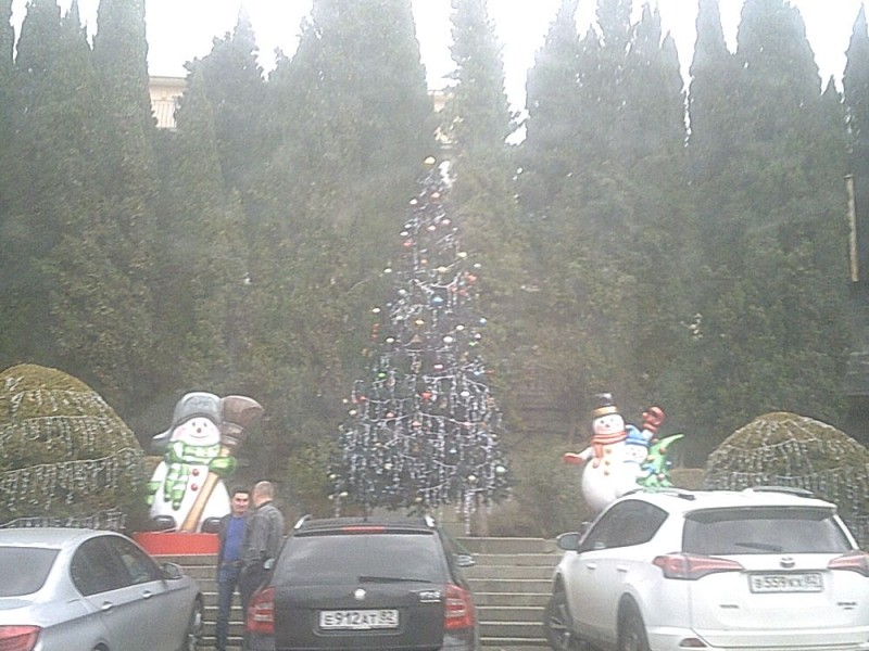 Елка на центральной площади Алупки. за ней памятник ЛенинуЗ