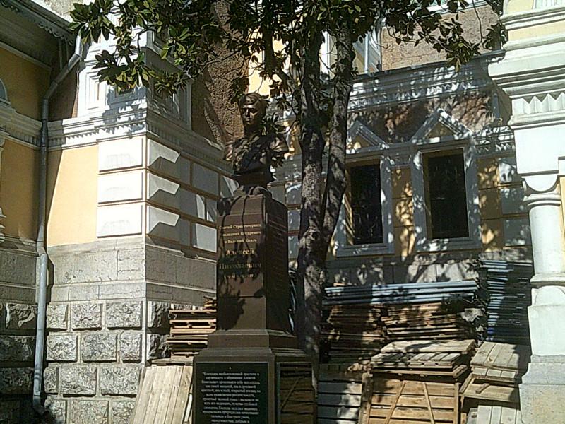 Бюст св. Цесаревича Алексея во дворе Александра-Невского собора в Ялте. Открыт в октябре 2016 года.